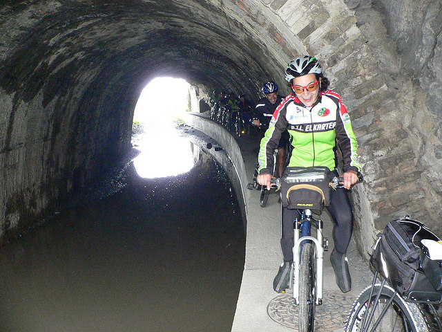 Tropela tunelean